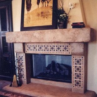 Ispirazione per un grande soggiorno chic aperto con pareti gialle, pavimento in legno massello medio, camino classico e cornice del camino in pietra