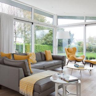Ispirazione per un grande soggiorno minimal chiuso con pareti grigie, parquet chiaro, nessun camino e pavimento beige