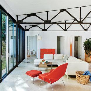 Réalisation d'un salon design de taille moyenne et ouvert avec un mur blanc et un sol beige.
