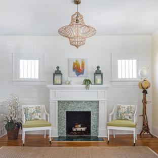 Immagine di un piccolo soggiorno stile shabby con sala formale, pareti bianche, pavimento in legno massello medio, camino classico e cornice del camino piastrellata