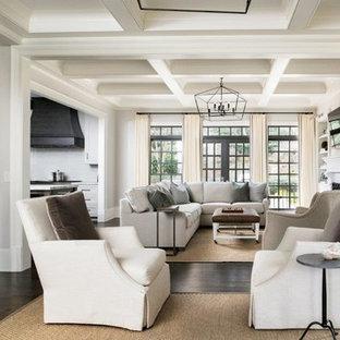 Geräumiges, Offenes Klassisches Wohnzimmer mit Hausbar, weißer Wandfarbe, dunklem Holzboden, Kamin, Kaminsims aus Holz, Wand-TV und braunem Boden in Atlanta