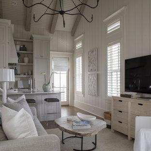 マイアミの小さいビーチスタイルのおしゃれなLDK (白い壁、濃色無垢フローリング、暖炉なし、壁掛け型テレビ、茶色い床) の写真
