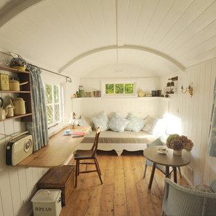 На фото: маленькая гостиная комната в стиле шебби-шик с