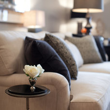 contemporary living room by Elizabeth Reich