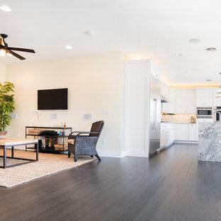 Offenes, Großes, Repräsentatives Modernes Wohnzimmer ohne Kamin mit Bambusparkett, Wand-TV und beiger Wandfarbe in Sonstige