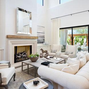 Idee per un grande soggiorno mediterraneo chiuso con sala formale, pareti bianche, camino classico, cornice del camino in pietra, nessuna TV e pavimento bianco