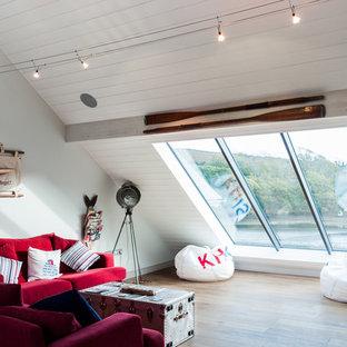 Ispirazione per un grande soggiorno stile marinaro stile loft con pareti bianche, pavimento in legno massello medio e pavimento marrone