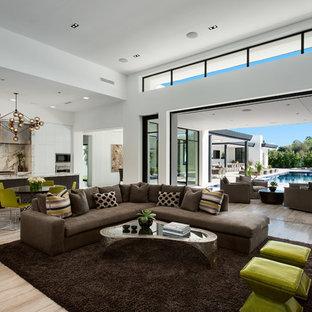 Immagine di un soggiorno contemporaneo aperto con pareti bianche, sala formale, parquet chiaro, nessun camino e pavimento beige