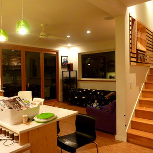 シアトルの中サイズのコンテンポラリースタイルのおしゃれなLDK (フォーマル、白い壁、淡色無垢フローリング、暖炉なし、テレビなし) の写真