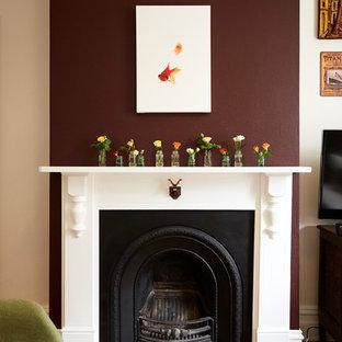 Diseño de salón cerrado, tradicional, con paredes púrpuras, suelo de baldosas de porcelana, estufa de leña, marco de chimenea de madera y suelo rojo