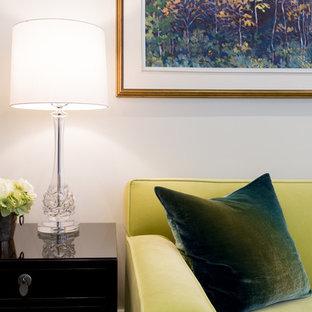 Immagine di un soggiorno tradizionale di medie dimensioni e aperto con sala formale, pareti beige, parquet scuro, camino sospeso, cornice del camino in pietra e nessuna TV