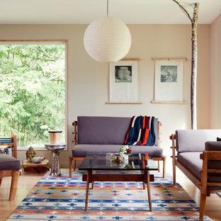 Idée de décoration pour un salon asiatique de taille moyenne avec une salle de réception, un mur beige, un sol en bois clair et aucun téléviseur.