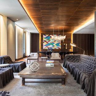 Modelo de salón abierto, contemporáneo, grande, con paredes multicolor