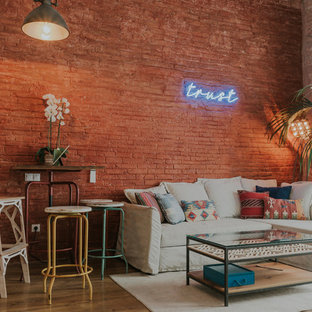 Foto de salón tradicional renovado con suelo de madera en tonos medios, paredes rojas y suelo marrón