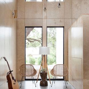 Offenes, Mittelgroßes, Fernseherloses Modernes Musikzimmer Ohne Kamin Mit  Betonboden, Brauner Wandfarbe Und Grauem