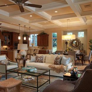 Immagine di un grande soggiorno design aperto con sala formale, pareti beige, pavimento in travertino, camino classico, nessuna TV e pavimento beige