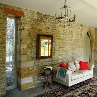 Esempio di un soggiorno country con pareti beige e pavimento in ardesia