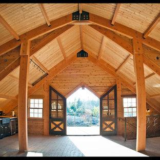 Esempio di un grande soggiorno tradizionale stile loft con pareti beige, pavimento in legno massello medio, nessun camino e nessuna TV
