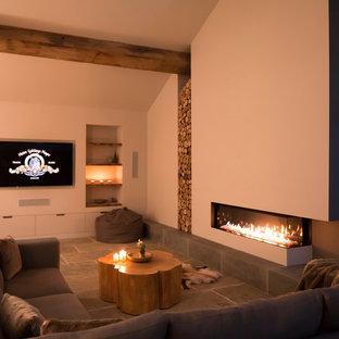 チェシャーの大きいコンテンポラリースタイルのおしゃれなLDK (白い壁、埋込式メディアウォール、横長型暖炉) の写真