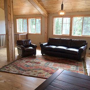 Idéer för ett mellanstort rustikt loftrum, med ljust trägolv, en öppen vedspis och en fristående TV