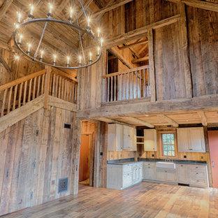 Modelo de salón abierto, de estilo de casa de campo, de tamaño medio, con paredes marrones y suelo de madera en tonos medios