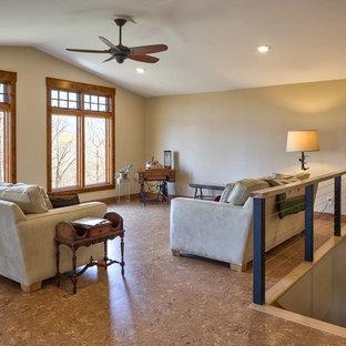 Ispirazione per un soggiorno chic di medie dimensioni e stile loft con pareti beige, pavimento in sughero e pavimento marrone