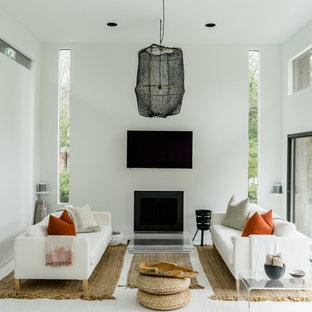 ニューヨークの中くらいの北欧スタイルのおしゃれなLDK (フォーマル、白い壁、トラバーチンの床、標準型暖炉、金属の暖炉まわり、壁掛け型テレビ、白い床) の写真