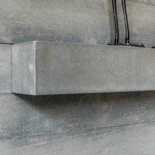 Ispirazione per un soggiorno minimalista di medie dimensioni e aperto con pareti bianche, moquette, camino classico e cornice del camino in cemento