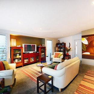 シドニーの中サイズのトロピカルスタイルのおしゃれなLDK (コンクリートの床、暖炉なし、グレーの床、白い壁、据え置き型テレビ) の写真