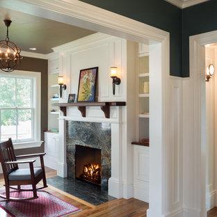 Imagen de salón para visitas cerrado, de estilo de casa de campo, pequeño, con paredes marrones, suelo de madera en tonos medios, chimenea tradicional y marco de chimenea de baldosas y/o azulejos