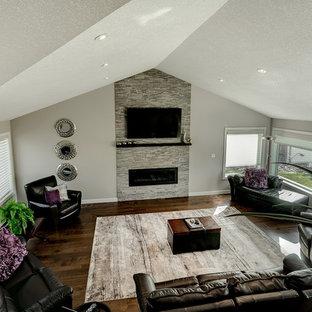 バンクーバーの中サイズのミッドセンチュリースタイルのおしゃれなLDK (グレーの壁、無垢フローリング、横長型暖炉、タイルの暖炉まわり、壁掛け型テレビ) の写真
