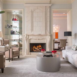 Ispirazione per un soggiorno tradizionale aperto con pareti grigie, camino classico, sala formale, pavimento in pietra calcarea e cornice del camino in intonaco