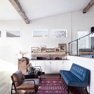 Modelo de salón con barra de bar abierto, tradicional renovado, con paredes blancas, suelo marrón y suelo de madera oscura