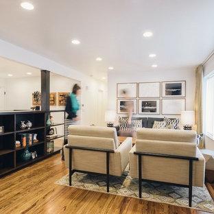 Modelo de salón abierto, vintage, de tamaño medio, con paredes blancas, suelo de madera en tonos medios, chimenea de esquina y marco de chimenea de baldosas y/o azulejos