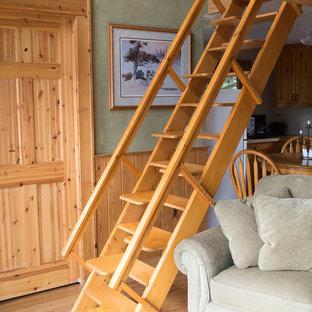 Immagine di un piccolo soggiorno classico aperto con pareti verdi, pavimento in legno massello medio, TV autoportante e pavimento marrone