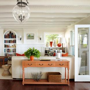Modelo de salón clásico, de tamaño medio, con paredes beige y chimenea tradicional