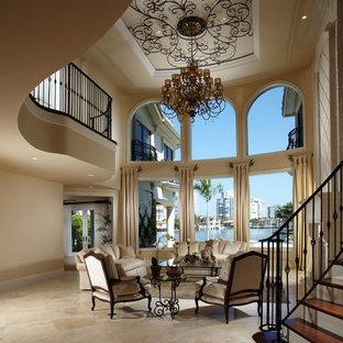 Ispirazione per un soggiorno mediterraneo con pavimento in travertino
