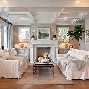 Ispirazione per un soggiorno stile marinaro di medie dimensioni con pareti beige, camino classico e nessuna TV