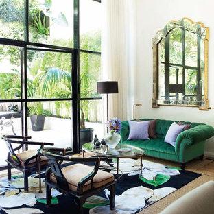 Imagen de salón abierto, clásico renovado, con paredes blancas