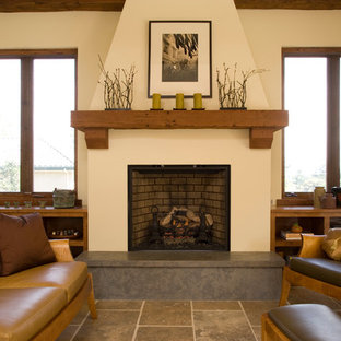 サンフランシスコの地中海スタイルのおしゃれなリビング (ベージュの壁、標準型暖炉、トラバーチンの床) の写真