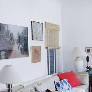 サンフランシスコの小さいエクレクティックスタイルのおしゃれなLDK (白い壁、竹フローリング、暖炉なし、据え置き型テレビ) の写真