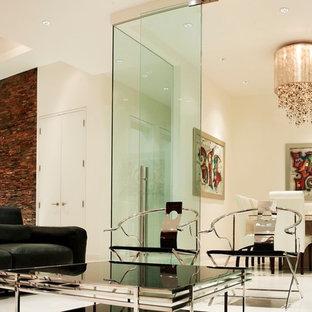 トロントの巨大なモダンスタイルのおしゃれなLDK (フォーマル、黄色い壁、セラミックタイルの床、白い床) の写真