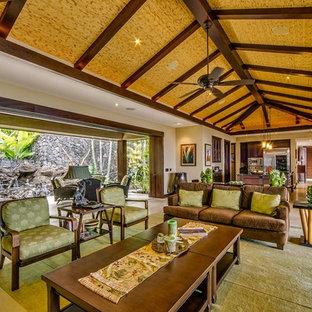 ハワイの巨大なトロピカルスタイルのおしゃれなLDK (ベージュの壁、トラバーチンの床、暖炉なし、フォーマル) の写真