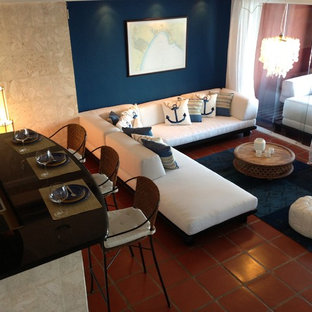 マイアミの中くらいのビーチスタイルのおしゃれなリビング (青い壁、テラコッタタイルの床、暖炉なし、テレビなし、赤い床) の写真