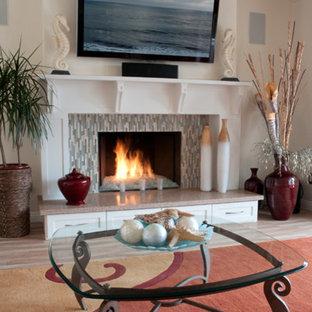 サンディエゴの中サイズのビーチスタイルのおしゃれなリビング (白い壁、標準型暖炉、木材の暖炉まわり、壁掛け型テレビ) の写真