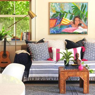 Ejemplo de salón abierto, marinero, de tamaño medio, sin chimenea y televisor, con paredes blancas, suelo de baldosas de cerámica y suelo beige