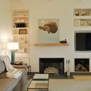 Idee per un piccolo soggiorno costiero aperto con pavimento in bambù, camino classico, cornice del camino in intonaco e TV a parete