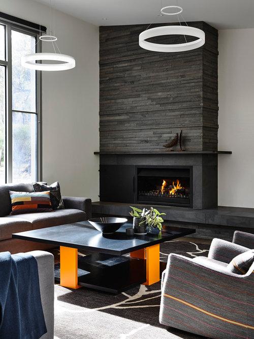 Salon avec un po le bois plafond rampant photos et for Salon avec poele a bois