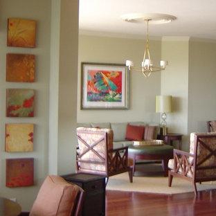 タンパの大きいトランジショナルスタイルのおしゃれなLDK (フォーマル、黄色い壁、無垢フローリング、テレビなし) の写真