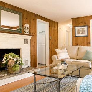 Diseño de salón cerrado, clásico, de tamaño medio, con paredes marrones, suelo de madera en tonos medios, chimenea tradicional y marco de chimenea de ladrillo